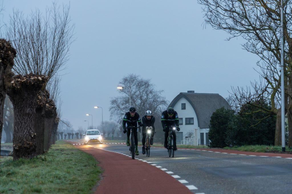 Team Martin Oostveen begeleid Han tijdens 180 km fietsen